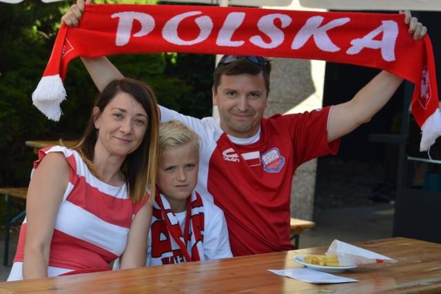 Kibice z Bełchatowa podczas meczu Polska-Słowacja. Euro 2020. Strefa kibica w Bełchatowie