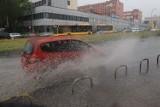 Wielkie ulewy i zimny wiatr nadciągają nad Wrocław. Parasol nie pomoże...