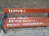 """Kraków. Wandale """"popisali"""" się nad Zalewem Nowohuckim. Wyrazili swoje zdanie na temat epidemii"""