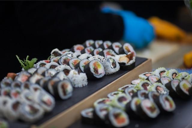 Stworzone przez filipińskiego kucharza Angelito Araneta Jr. sushi zamiast alg zawijane jest w jadalne złoto. Dodatkowo, poszczególne kawałki zdobione są perłami.