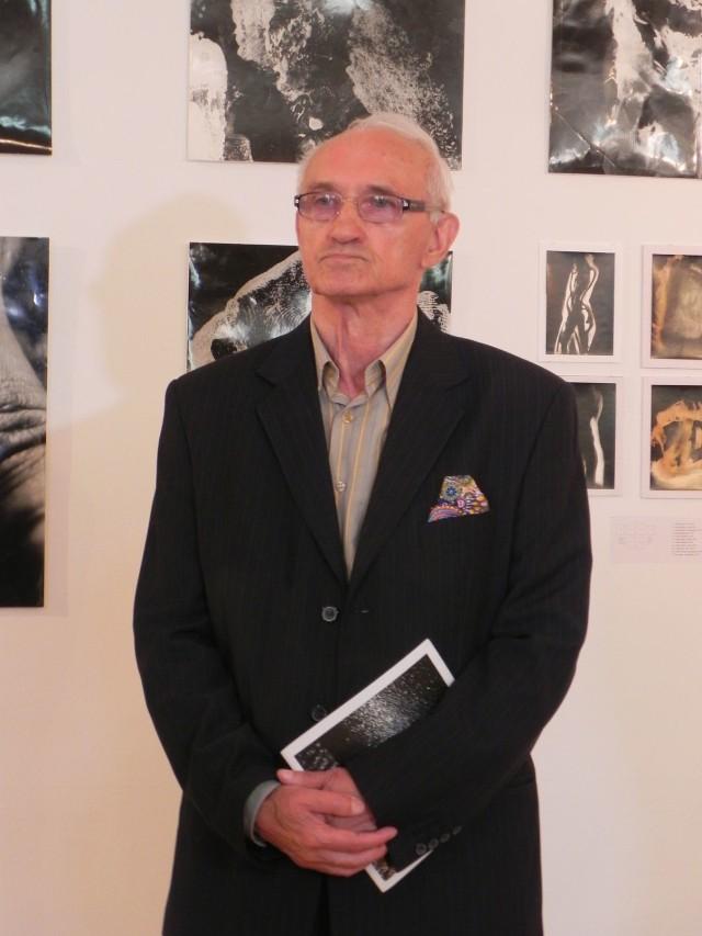 Aleksander Salij podczas wernisażu w ostrowieckim BWA.