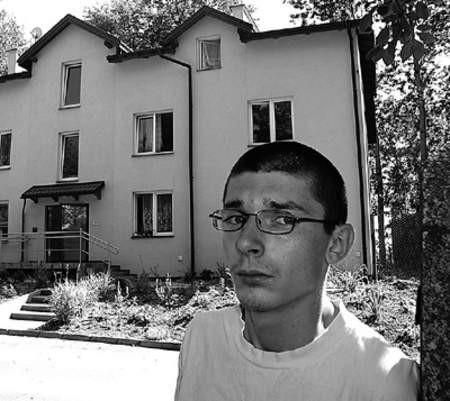 Krzysztof Lucka jest zadowolony z warunków panujących w bloku socjalnym. Za kilka tygodni będzie miał nowych sąsiadów w domu obok.