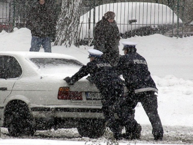 Intensywne opady śniegu w Łodzi spowodowały, że pojazdy komunikacji miejskiej jeżdżą wolniej. Stąd opóźnienia i dłuższe wyczekiwanie na przystanku. Zalegający na chodnikach śnieg utrudniał poruszanie się.  Oblodzona i zaśnieżona jezdnia Strykowskiej momentami uniemożliwia jazdę. TIR-y nie mogły podjechać pod górkę, blokowały ulicę, tworzyły się korki. Poruszające się powoli samochody blokowały też inne drogi w mieście. Wielu łodzian spóźniało się do pracy.   Na godzinę trzynastą zaplanowany był kolejny wyjazd pługopiaskarek, mający poprawić warunki drogowe przed popołudniowym szczytem komunikacyjnym.  Na drogach Łodzi od rana pracuje 76 pługopiaskarek. To wszystkie, które znajdują się w dyspozycji miasta. W samej Łodzi do odśnieżenia mają łącznie 2502 km pasów dróg.  Drogowcy zapowiadają, że całkowite pozbycie się warstwy śniegu i błota z nawierzchni, możliwe będzie dopiero kilka godzin po ustaniu opadów śniegu. Według prognoz pogody śnieg w Łodzi ma padać do wieczora.  Wiele osób narzeka na dzisiejsze opady śniegu. Jak Wam przebiegała droga do i z pracy? W których częściach Łodzi było najgorzej? Czekamy na Wasze opinie w komentarzach.  Czytaj też: - Wszystkie pługopiaskarki odśnieżają Łódź. Nie unikniemy problemów ze śniegiem - W Łódzkiem drogi przejezdne, ale trudne warunki jazdy