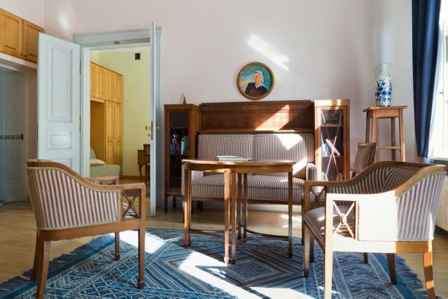 Niezwykły pensjonat Chopin Boutique B&B pozwoli Wam poznać wielką Warszawę z nieco kameralnej perspektywy. Jak? Mimo tego, iż obiekt leży w samym sercu stolicy, w pobliżu między innymi Muzeum Fryderyka Chopina, czy Łazienek Królewskich, to ulica, na której mieści się, jest położona w zacisznym miejscu. Co więcej, w hotelu spotkacie się z jasnymi pokojami utrzymanymi w ciepłej kolorystyce, z nadającymi charakteru miejscu, drewnianymi podłogami, charakterystycznymi meblami, z wieczornym koncertem muzyki klasycznej i z pomocnym personelem, który udzieli Wam niezbędnych wskazówek na temat atrakcji niesamowitej Warszawy.