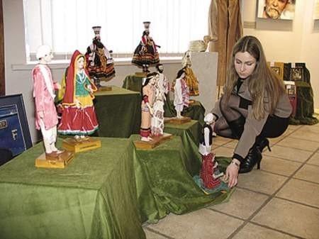 Monika Garlacz, pracownik muzeum, poprawia ekspozycję.