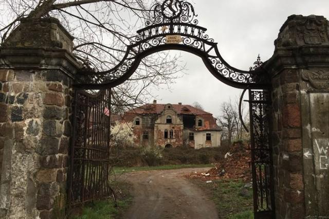 """W rankingu nawiedzonych pałaców, ruiny kompleksu pałacowego w Glince niedaleko Góry Śląskiej plasuje się na wysokiej pozycji.   Najstarsza wzmianka o wsi pochodzi z roku 1244, a nazwę zawdzięcza gliniastym ziemiom, na jakich jest położona. Tereny te należały do opatów wrocławskich a w późniejszym okresie zakonu cystersów z Lubiąża. Na przestrzeni wieków dobra w Glince należały do rodziny von Dyhr, von Stosch, w 1831 przeszły w ręce rodu von Zobeltitz, to z ich inicjatywy powstała okazała rezydencja. Ogromnych rozmiarów budynek nazywany jest """"Pałacem Wisielców"""" lub """"Pałacem Samobójców"""". Mówi się, że powstał na terenie starego cmentarza samobójców, nieszczęśników, którzy odbierali sobie życie zawisając na drzewach przypałacowego ogrodu. Od tamtego czasu jakaś tajemnicza siła przyciągać miała kolejnych samobójców do pałacu. Ostatnio tajemniczy pałac na cel wzięła nawet grupa pasjonatów zjawisk niewyjaśnionych Mystery Hunters.   Czytaj dalej na kolejnym slajdzie --->"""