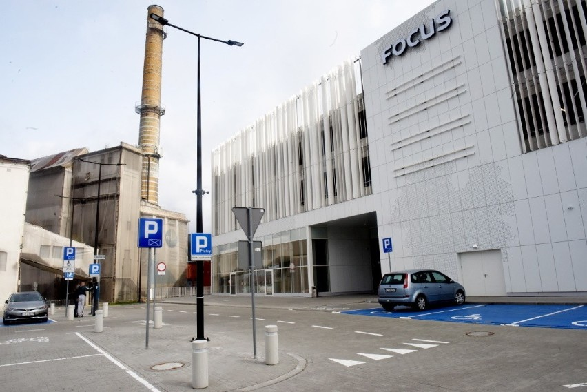 Parking w nowej, dobudowanej części galerii Focus Mall jest...