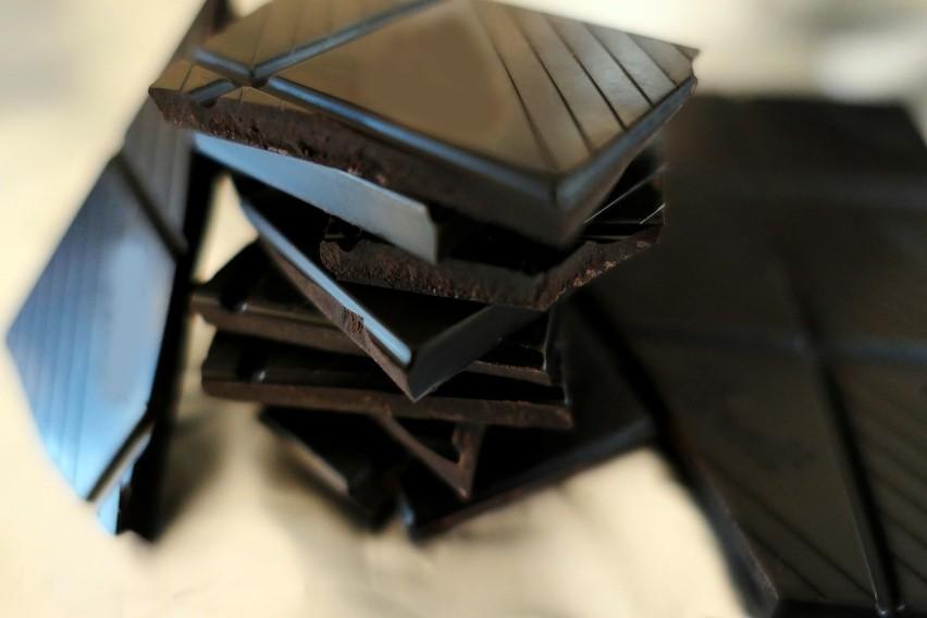 Codzienne zjadanie 2 kostek czekolady o zawartości 60-70...