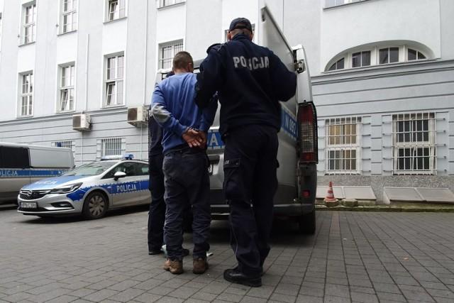 Czterdziestolatek z Gdańska miał włamać się do mieszkania i ukraść prawie 2 tys. zł. Został zatrzymany.