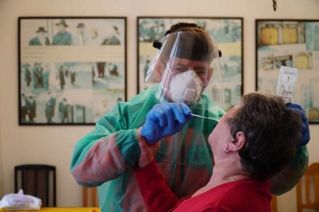 Do pobrania materiału do testu na koronawirusa należy się odpowiednio przygotować