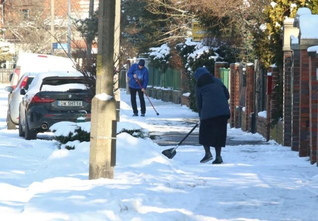 Chociaż w ostatnich latach zimy w Polsce są zdecydowanie łagodniejsze niż jeszcze kilkanaście czy kilkadziesiąt lat temu, wystarczy jeden dzień ujemnych temperatur i trochę opadów, by świat okryła biała pierzynka. Śnieg cieszy najmłodszych, którzy chętnie zjeżdżają na sankach czy lepią bałwana, ale dla dorosłych potrafi być prawdziwą zmorą. Śliskie ulice, nieodśnieżone chodniki... Kto za to odpowiada? Kto musi odśnieżać chodnik? Jakie konsekwencje czekają na osoby, które nie dopełnią tego obowiązku? Zobaczcie, co zrobić, by uniknąć kary! A jeśli już poślizgniecie się na chodniku pełnym śniegu, pamiętajcie, że czeka na Was odszkodowanie.