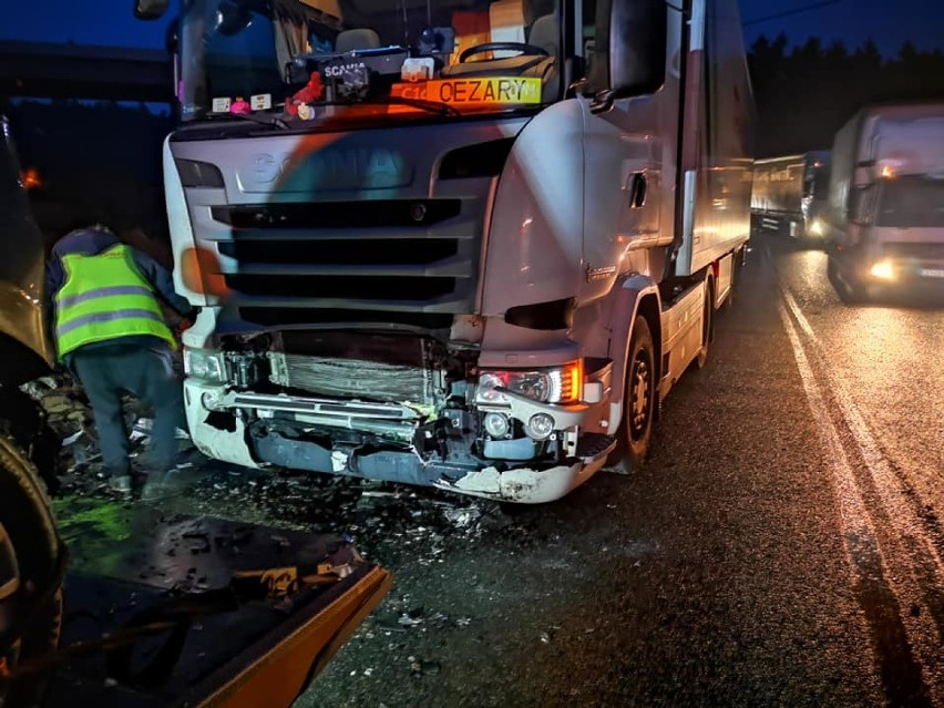 Na DK 10 doszło do zderzenia ciężarowej scanii z osobówką....