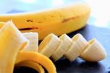Nie wyrzucaj skórki od banana! Zobacz, jak ją można wykorzystać w domu i nie tylko