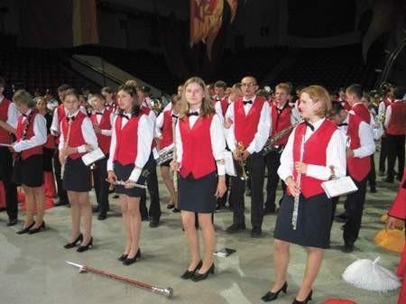 Młodzieżowa orkiestra w trakcie przygotowań do występu. Foto: PATRYCJA SZEWCZYK