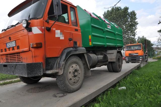 Śmieci w Szczecinku przybywa, płacących za nie ubywa, czyli cud nad Niezdobną