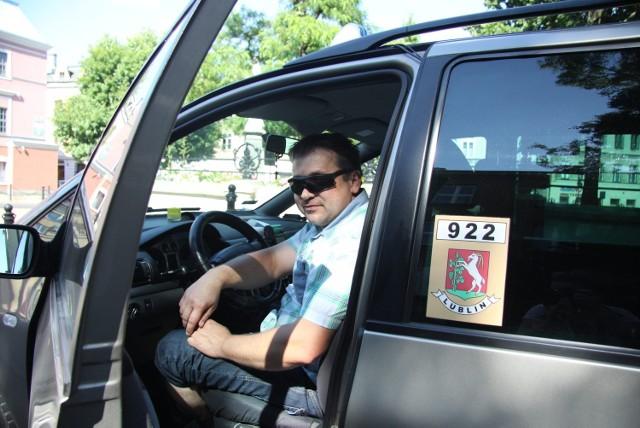 -W wakacje ruch jest mniejszy. Np. w gorące weekendy więcej ludzi wyjeżdża poza miasto - mówi taksówkarz Paweł Tudruj.