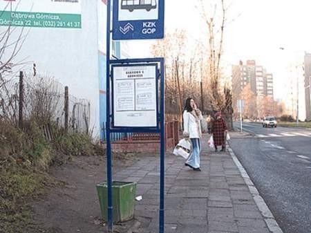 Mieszkańcy mają dwa wyjścia: czekać na autobus pod wiatą po drugiej stronie ulicy lub też stać i moknąć na właściwym przystanku.