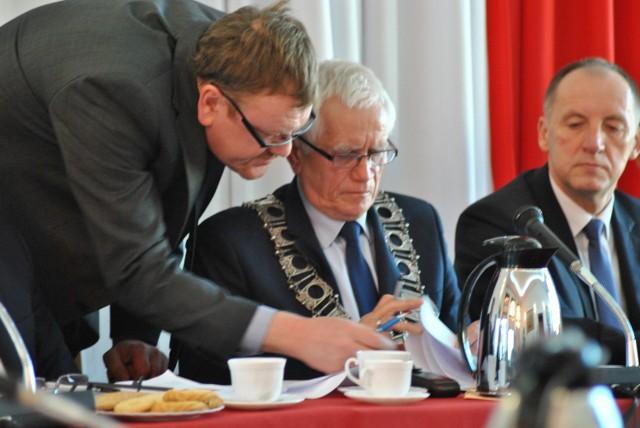 Przewodniczący Roman Pawlak (w środku) w imieniu Konwentu wylicza argumenty przeciw późniejszym sesjom
