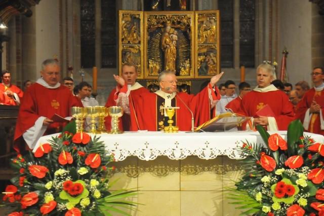 Czy dziś trzeba iść do kościoła? Takie pytanie zadaje sobie niejeden katolik przy okazji rozmaitych świąt w trakcie roku liturgicznego. Czy 3 maja trzeba iść na mszę? Czy w Popielec musimy iść do kościoła? To tylko niektóre dni, które budzą liczne wątpliwości wiernych. By ułatwić sprawę, przygotowaliśmy dla was zestawienie wszystkich dni, w które katolicy są zobowiązani do uczestnictwa we mszy świętej. To tak zwane święta nakazane, w które, oprócz udziału w liturgii, wierni powinni także powstrzymać się od pracy. W jakie dni zatem należy iść do kościoła? Sprawdźcie!