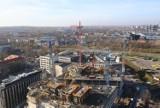 Global Office Park w budowie. Niższy biurowiec jest już niemal gotowy. Konstrukcja 100-metrowych wysokościowców pnie się w górę