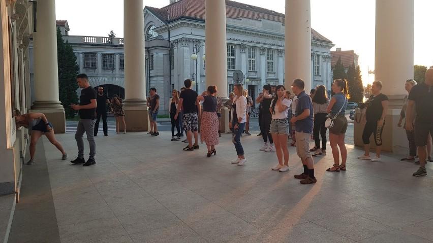 Roztańczony wtorek z bachatą pod Teatrem w Kaliszu.
