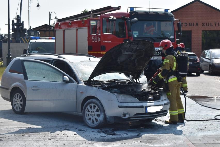 Pleszew. Auto na parkingu stanęło w płomieniach