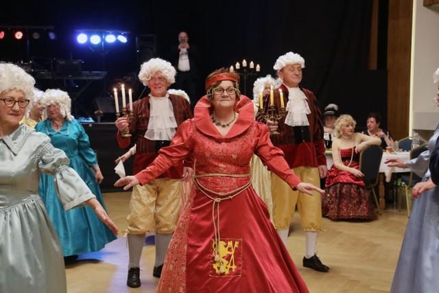 Bal u Księżnej Elżbiety, seniorzy się bawią.