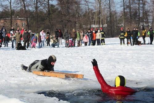 Ratownicy z będzińskiego WOPR i strażacy pokazywali jak ratować człowieka, który wpadł do wody, gdy załamał się lód