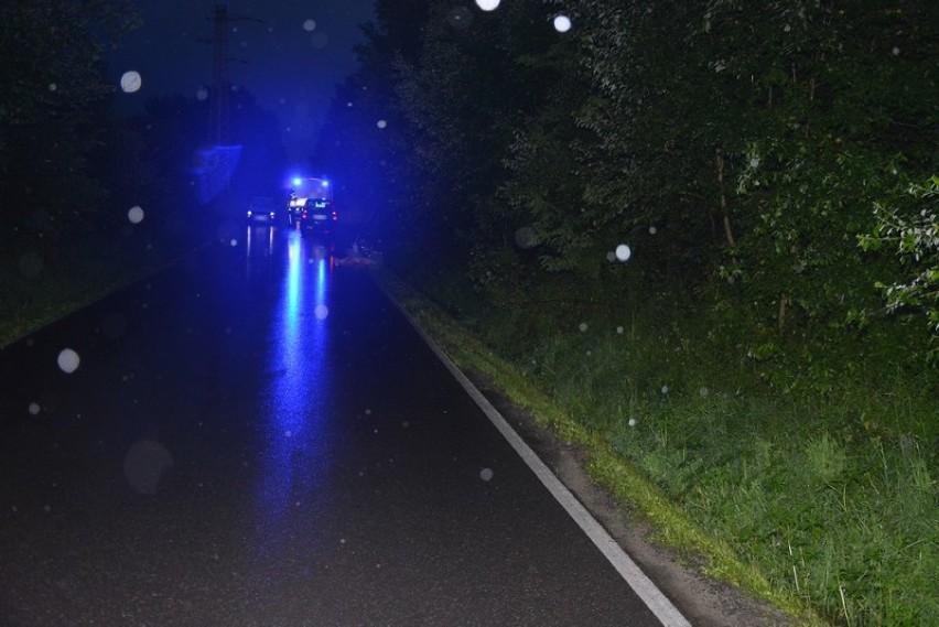 Ford uderzył w sarnę, sarna uderzyła w rowerzystę. 61-latek poważnie ranny