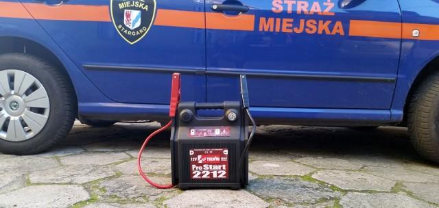 Gdy zawiedzie nas akumulator, można zadzwonić po strażników.