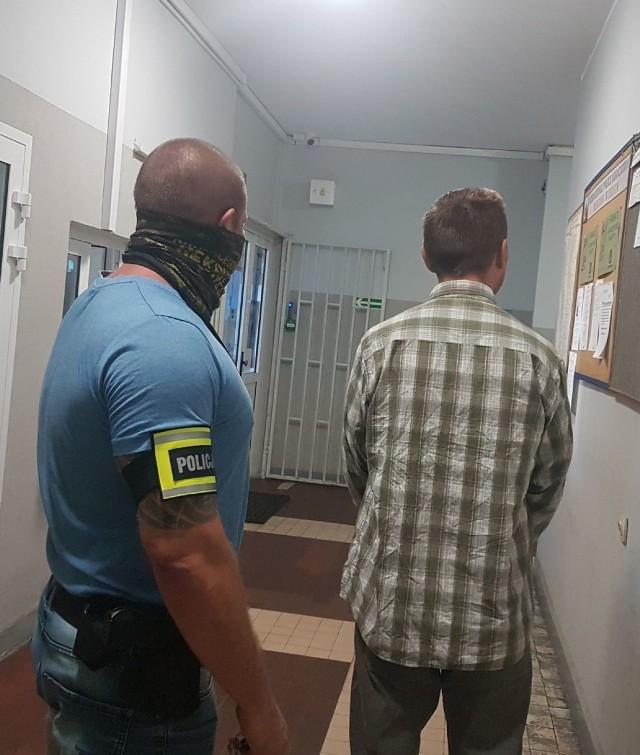 40-letni mężczyzna korzystając z chwilowej nieuwagi ekspedientki z jednego ze sklepów spożywczo-przemysłowych w Wieluniu ukradł z kasy 900 zł.