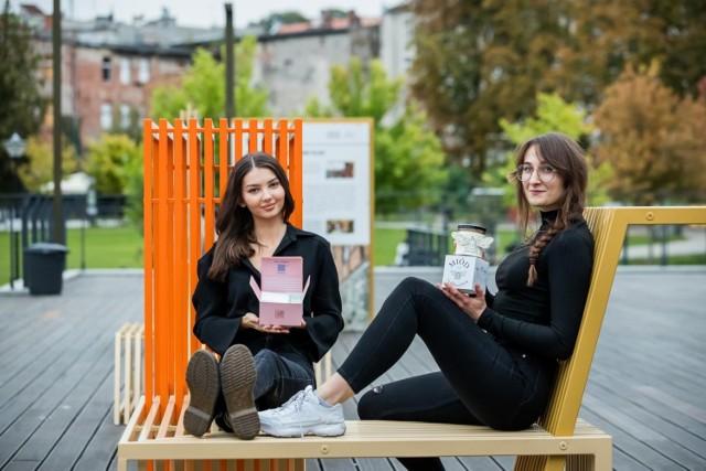 """Gabriela Skrobacka (z lewej) i Michalina Garnik, studentki wzornictwa Politechniki Bydgoskiej, mają powody do radości. Ich projekty opakowań zyskały uznanie jury konkursu """"Strefa studenta"""", który był częścią Międzynarodowych Targów Opakowań Packaging Innovations w Warszawie."""
