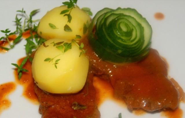 Zraziki wołowe w sosie pomidorowym z tymiankiem