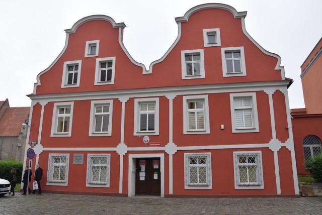 Siedziba Wydziału rodzinnego przy ul. Wałowej znajduje się w dwóch małych kamieniczkach. Osoba niepełnosprawna na wózku nie ma tu szans na udział w rozprawie.