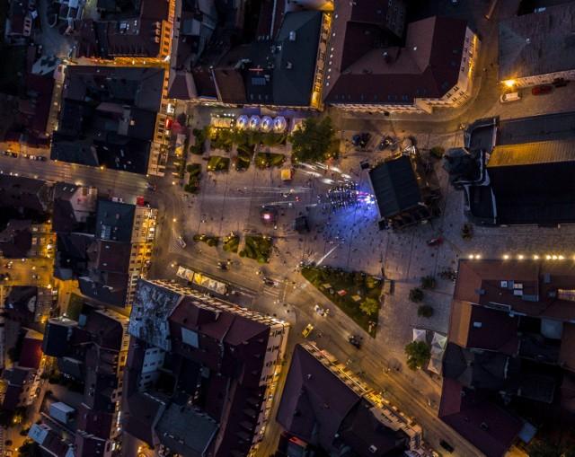 Do odwołania w Wadowicach tylko Rynek i okolice oświetlą latarnie. Reszta miasta pogrąży się w mroku. Może to wyglądać tak, jak na archiwalnych zdjęciach z Krakowa z 2012 r.