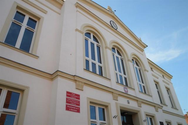 Czyli dawna Szkoła Podstawowa nr1 im. Adama Mickiewicza w Rawiczu a obecnie Zespół Szkolno-Przedszkolny nr 1 w Rawiczu