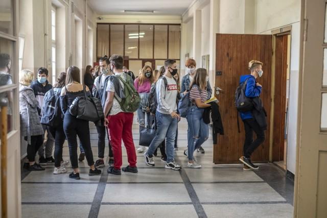 Uczniowie wrócili do stacjonarnych lekcji, ale będą musieli w najbliższych miesiącach nadrobić zaległości, które nagromadziły się podczas zdalnej nauki