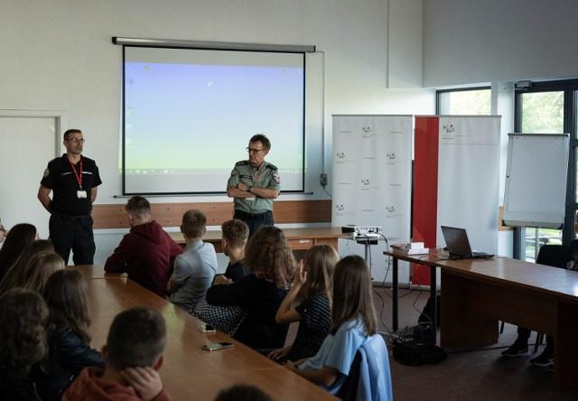 Pierwsze zajęcia praktyczne uczniów klasy celno-skarbowej działającej od tego roku szkolnego w I Liceum Ogólnokształcącym w Przemyślu.