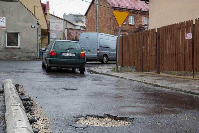"""Skrzyżowanie tych dwóch ulic należy do Dzielnicy IV Prądnik Biały. Droga jest dziurawa i wąska, nie ma chodnika ani nawet pobocza. - Codziennie trzęsę się ze złości, kiedy tamtędy jadę i niszczę sobie zawieszenie - napisał internauta do redakcji """"Krakowskiej"""".  Mieszańcy skarżą się, że ubytki w drodze i brak chodnika znacząco utrudniają ruch."""