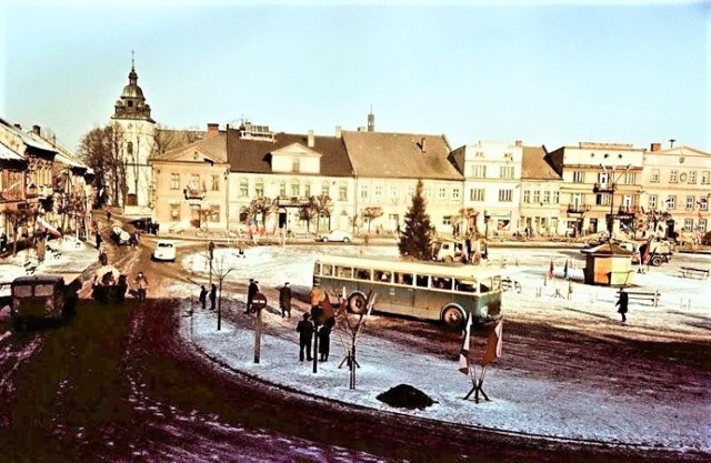Rynek w Kętach zmieniał się wiele razy. Tak wyglądał na początku lat 60 na zdjęciu wykonanym przez Edmunda Witkowskiego, które autorowi opisów Markowi Nyczowi przekazał jego syn Stanisław Witkowski. - Zobaczcie jaki oszałamiający ruch panował wtedy w centrum miasta. Po Rynku można było chodzić z zamkniętymi oczami - pisał Marek Nycz. Na głównej płycie - jak widać - był przystanek autobusowy, a centralnie stał kiosk. Ten motyw z kioskiem na środku Rynku będzie się jeszcze przewijał na powojennych fotografiach.