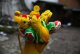 Wianki, dekoracje, a także ciepła herbata i słodkości. W Krakowie przy ulicy Józefa 12 trwa świąteczny kiermasz [ZDJĘCIA]