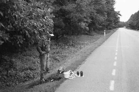 Handlujący jagodami, grzybami ustawiają towar w pasie drogowym. Sami starają się stać trochę dalej. fot. JANUSZ STRZELCZYK