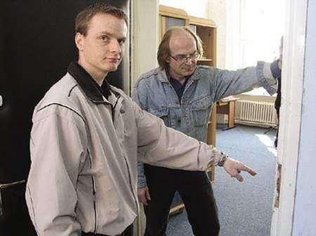 Przemysław Krzemiński i Andrzej Smogór pokazują wyłamane przez złodzieja drzwi.
