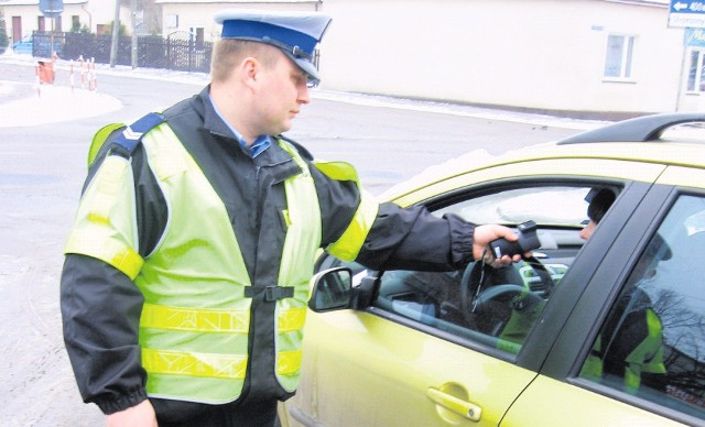 Policjanci z Wydziału Ruchu Drogowego zatrzymują do kontroli podczas akcji i rutynowych działań.