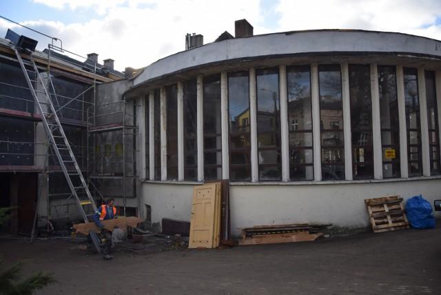 """Niektóre prace jeszcze się nie zakończyły. A wśród nich remont kina """"Rondo"""", który wzbudza bardzo duże zainteresowanie mieszkańców."""