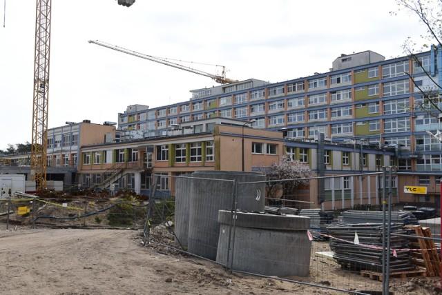 Dni otwarte na budowie nowego kompleksu Wojewódzkiego Szpitala Zespolonego w Toruniu cieszą się coraz większym zainteresowaniem. Nic dziwnego – zaawansowanie inwestycji pozwala już ocenić jej rozmach. Dzisiaj (15.04) torunianie mieli kolejną okazję, by zobaczyć na własne oczy, jak przebiega przebudowa szpitala na Bielanach.  Zobacz także: Byłeś na meczu Get Well Toruń - Betard Sparta Wrocław? Zobacz, czy jesteś na zdjęciu! [GALERIA]  Budowa nowego kompleksu Wojewódzkiego Szpitala Zespolonego w Toruniu to najważniejsza obecnie kujawsko-pomorska inwestycja w służbie zdrowia. W nowym gmachu głównym znajdą się między innymi centralny blok operacyjny, szpitalny oddział ratunkowy i oddziały łóżkowe. Obok powstają m. in. pawilony dla oddziałów psychiatrycznych i szpitala zakaźnego. Koszt inwestycji to 560 mln zł. Rozbudowa rozpoczęła się w grudniu 2016 roku. Wykonawca, firma Budimex, ma się uporać z robotami do końca 2019 roku.  Zobacz także: TOP 50 najładniejszych dziewczyn na imprezach w Bajka Disco Club w Toruniu [ZDJĘCIA]  Funkcjonuje już wielopoziomowy parking na 423 samochody. Gotowe są także budynki techniczne, w których mieszczą się między innymi garaż dla ambulansów, kotłownia, stacja mycia łóżek i stacja transformatorowa. Bardzo zaawansowane są prace w nowej siedzibie administracji lecznicy, która zgodnie z planem ma być gotowa jeszcze w tym roku. W części tego budynku są już ścianki działowe i trwają roboty przy instalacjach. W gmachu głównym ekipy budowlane montują ścianki gipsowo-kartonowe, trwają także roboty tynkarskie i murarskie oraz instalacyjne. Rośnie pawilon dla oddziału zakaźnego, rozpoczęła się też budowa pawilonu dla oddziałów psychiatrycznych.