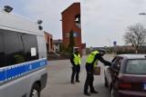 """Mieszkańcy powiatu bytowskiego byli """"grzeczni"""" podczas majowego weekendu. Policjanci rozdawali maseczki (zdjęcia)"""