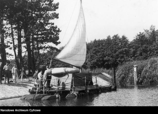 W 1957 r. 21-letni Andrzej Urbańczyk z Łeby przepłynął Bałtyk na własnoręcznie zbudowanej świerkowej tratwie. Towarzyszyła mu kilkuosobowa załoga. Przygotowania do wyprawy trwały ponad pół roku. Władze PRL specjalnie nie pomagały, szczególnie piętrząc problemy przy powrocie.  Na archiwalnych zdjęciach prezentujemy budowę tratwy oraz rejs.