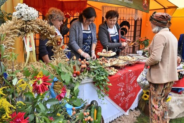 """W ogrodzie Muzeum im. Jana Kasprowicza 18 września odbył się festyn kulinarny """"Smaki Powiatu"""". Swoimi potrawami pochwaliły się m.in. panie z kół gospodyń wiejskich"""