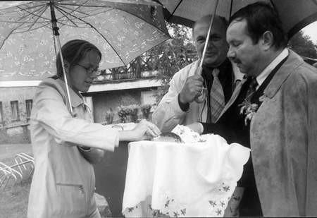 Po uroczystej mszy świętej gospodarz Dożynek - Starosta Powiatu Chodzieskiego Władysław Krawiec częstował obecnych na uroczystościach chlebem z ziarna uzyskanego w tegorocznych zbiorach. Na zdjęciu ta